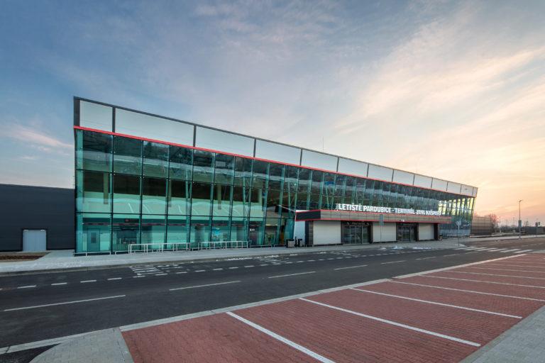 Stovky kufrů projedou po dlaždicích RAKO na novém terminálu pardubického letiště